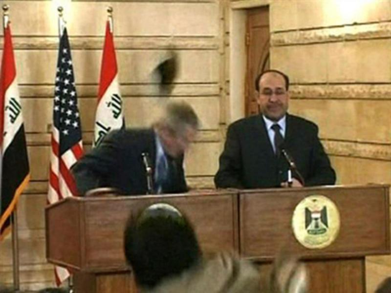 El presidente Bush logra esquivar el zapato que lanzó un periodista durante una conferencia de prensa en Bagdad, en 2008.