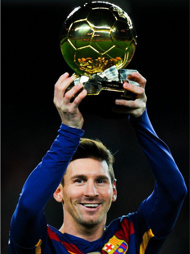 Messi muestra el Balón de Oro que recibió en enero de este año, el quinto de su carrera.