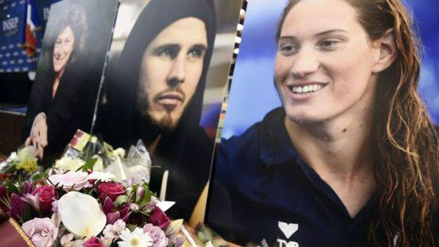 Los francese rindieron tributo a Alexis Vastine (centro) y Camille Muffat (der.) que murieron junto a Florence Arthaud (izq.)