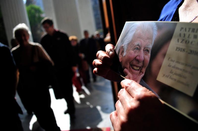 Miles de personas han ido al ex Congreso a despedir a Patricio Aylwin