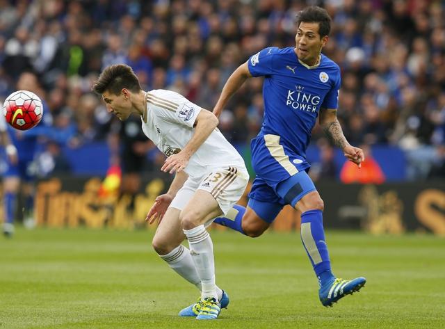 Leicester roza la Premier League tras golear al Swansea con doblete de Ulloa