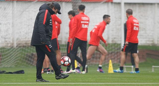 """Juan Antonio Pizzi toma distancia de Jorge Sampaoli en """"La Roja"""""""