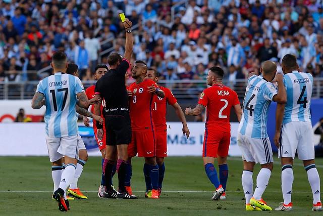Arturo Vidal apunta al árbitro como factor de la derrota