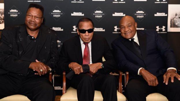 Larry Holmes, Mohamed Alí, y George Foreman en una foto tomada en octubre 2015, en un homenaje a Alí organizado por Sports Illustrated.
