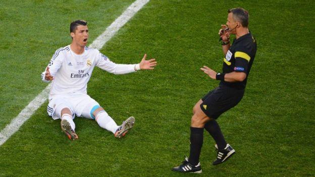 Ronaldo realiza muchos gestos durante los partidos, tanto al árbitro como hacia sus compañeros.