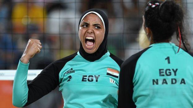 Doaa Elghobashy jugó con hiyab pero su compañera de dupla, Nada Meawad, no.