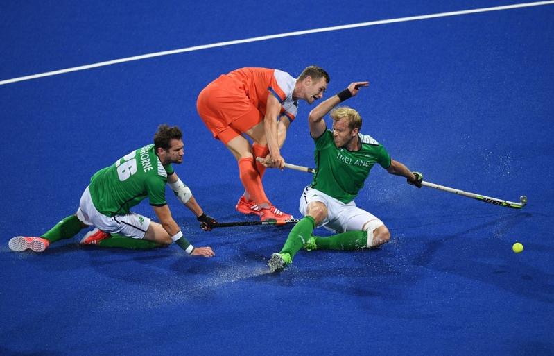 Paul Gleghorne a la izquierda defendiendo a la selección irlandesa ante Holanda en Río 2016.