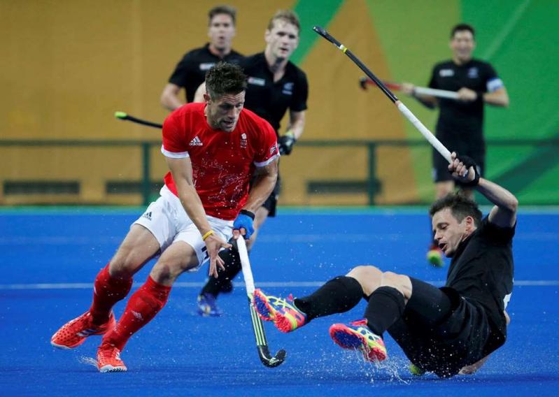 Mark Gleghorne jugando por Gran Bretaña ante la selección olímpica de Nueva Zelanda.