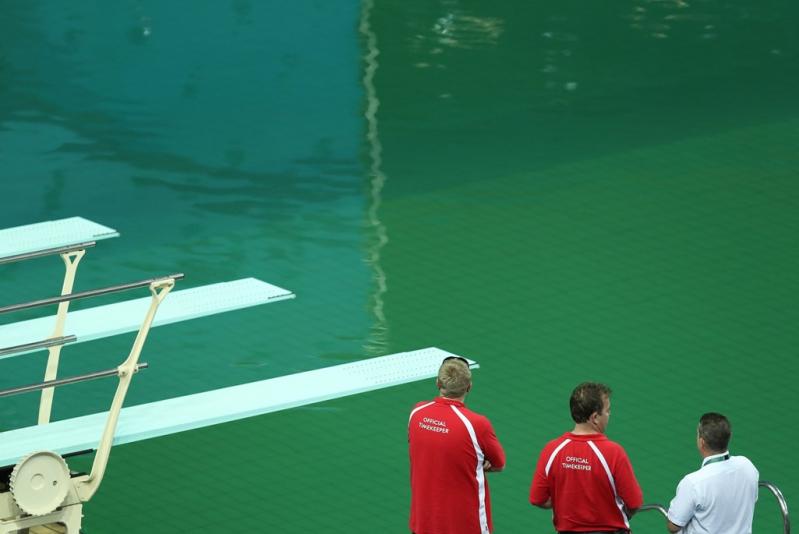 La apariencia es extraña, sobre todo si se compara con el azul estándar de la piscina.