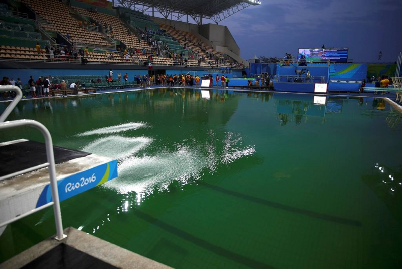 Los clavadistas no se han quejado seriamente por el agua verdosa de la piscina.