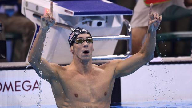 Es el primer nadador en ganar un oro en cuatro Juegos distintos