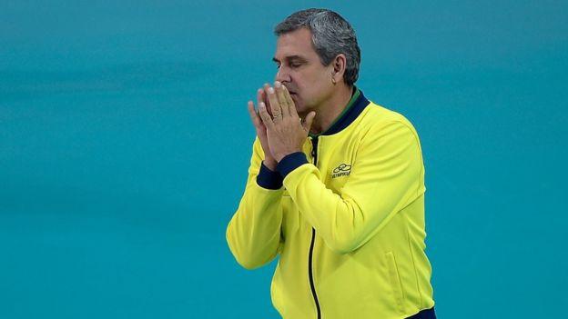 El entrenador del equipo femenino olímpico de voleibol brasileño, José Roberto Guimarães, es un caso extremo de superstición.