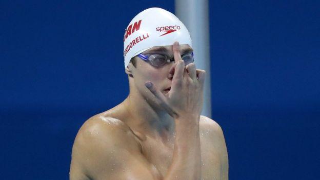 El nadador canadiense Santo Condorelli siempre le muestra el dedo índice a su padre antes de comenzar una carrera.