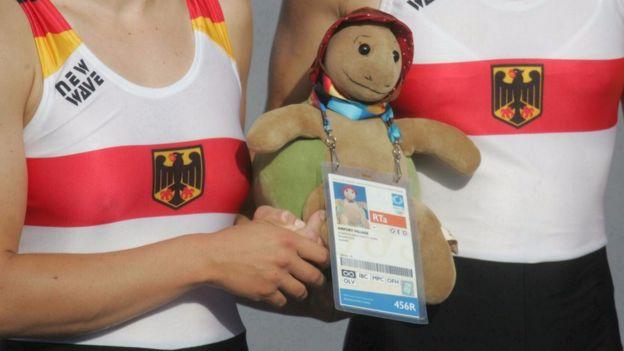 Las remeras olímpicas alemanas compitieron siempre llevando sus osos de peluche de la suerte en las Olimpiadas de Atenas.