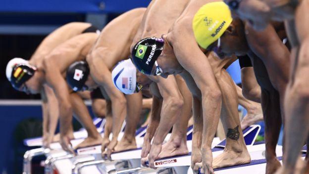 Michael Phelps con otros nadadores en las eliminatorias para la prueba de 200 metros combinados, que se disputará el jueves.