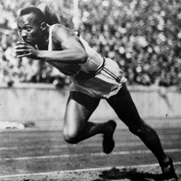 Jesse Owens en pleno arranque el 3 de agosto de 1936 en Berlín, Alemania.
