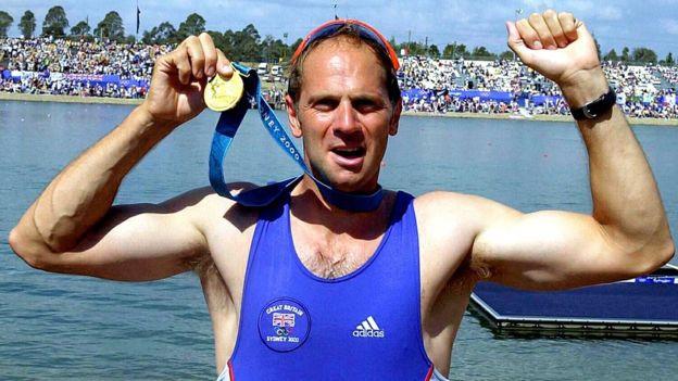 Steve Redgrave celebra su medalla de oro en Sidney en las Olimpiadas de 2000.