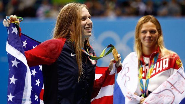 Lilly King enseña la medalla de oro conseguida en la categoría 100 metros pecho, mientras Efimova la mira con su medalla de plata en el cuello.