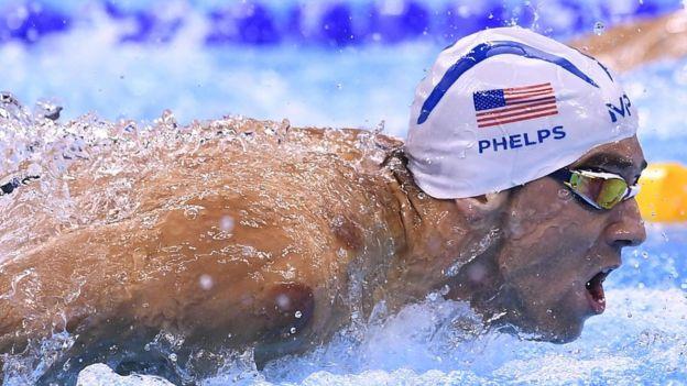 Michael Phelps sigue siendo tan competitivo como siempre, pero ahora la natación ya no es lo único.