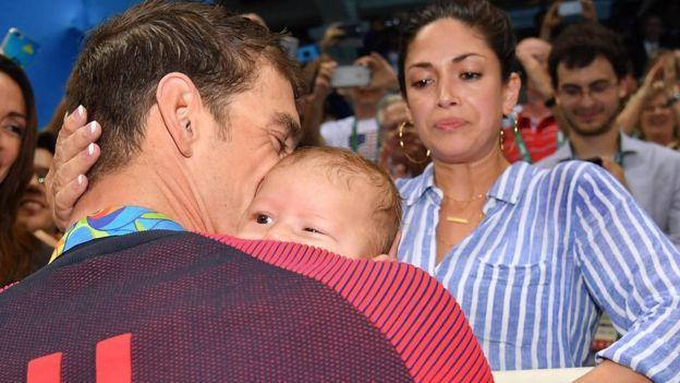 El pequeño Boomer, de sólo tres meses, y su novia, Nicole, han sido testigos de los logros de Phelps en Río.