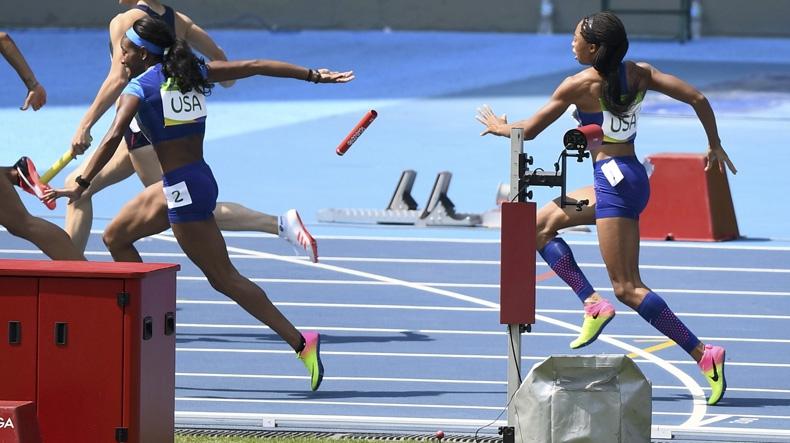 Estados Unidos eliminado en relevo femenino de 4x100 por caída de testimonio
