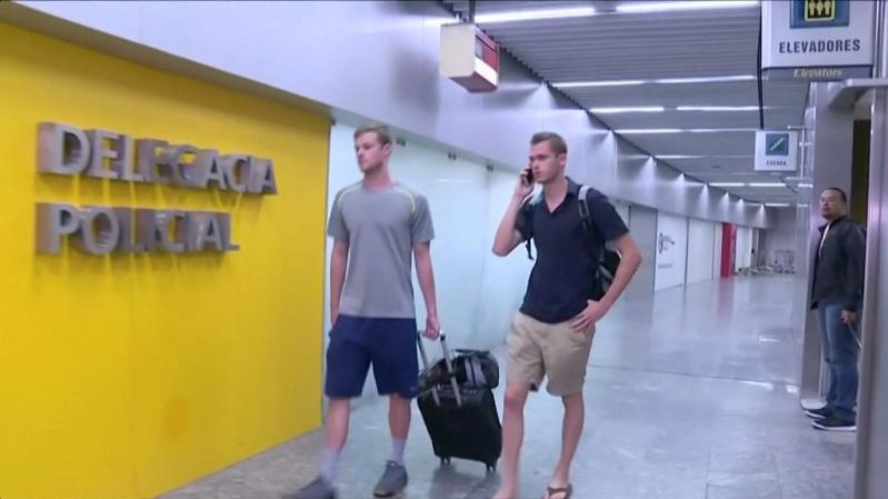 Jack Conger y Gunnar Bentz poco después de ser bajados del avión en que iban a marcharse de Brasil.