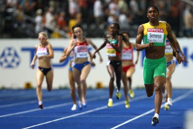 La contundente victoria de la atleta sudafricana en la final de los Mundiales de Atletismo en 2009 dio paso a un juicio público sobre su feminidad.