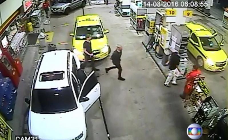 Videos de seguridad echaron por el suelo la versión del supuesto asalto de los nadadores.