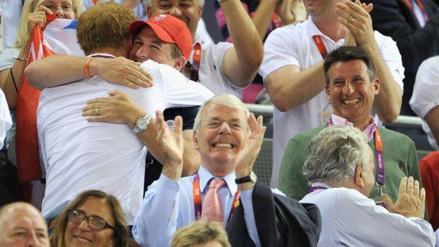 Muchos apuntan a John Major (al centro) como el padre del milagro deportivo británico.