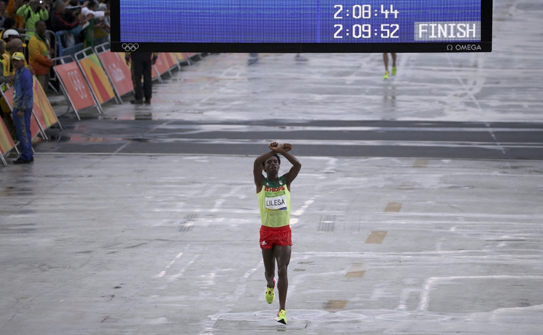 Maratonista etíope que protestó en Río 2016 no será perseguido según gobierno de su país