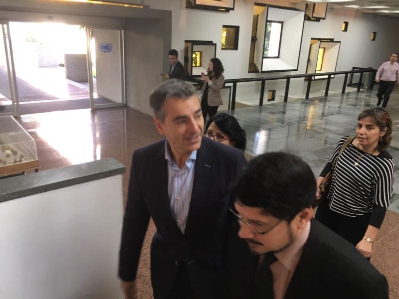 Andrés Velasco llega al lanzamiento de libro de Alberto Arenas