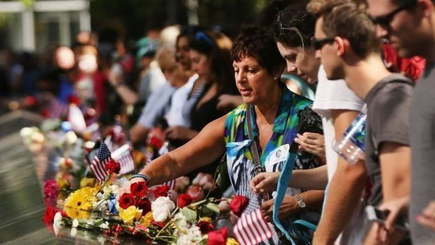 Cientos de personas les rindieron tributo a las víctimas del 11 de septiembre al cumplirse este año 15 años de los ataques.