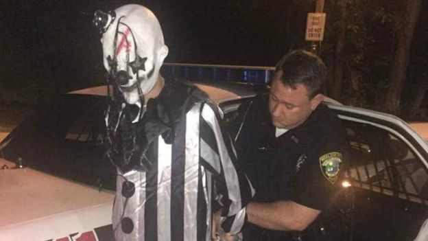 La policía detuvo en Middlesboro, Kentucky, a Jonathan Martin, quien estaba vestido de payaso y acechaba cerca de unos apartamentos.