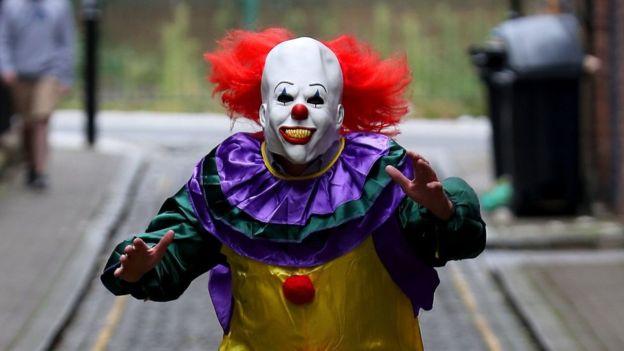 Los bromistas se caracterizan por portar máscaras que asustan a la gente, aunque en algunos casos han sido encontrados con armas.