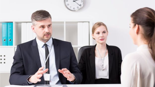 Son muchos los factores que pesarán en la decisión de darte un trabajo. Pero recuerda que tu cuerpo se está comunicando constantemente.