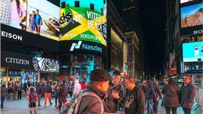 Sinfonía de luces y movimiento en Nueva York. Estados Unidos y Canadá siguen siendo los mercados más importantes para Facebook en términos de ingresos publicitarios.