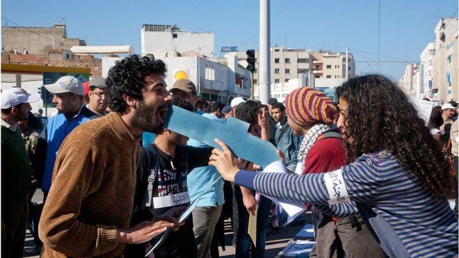 Protesta en Marruecos organizada a través de Facebook. La red social se ha convertido en mucho más que una plataforma en donde publicar fotografías. A veces refleja desde la profesión hasta la posición política del usuario.