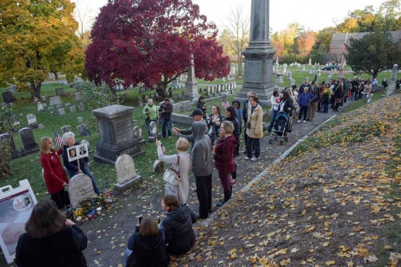 Largas filas en el cementerio de Rochester, Nueva York.