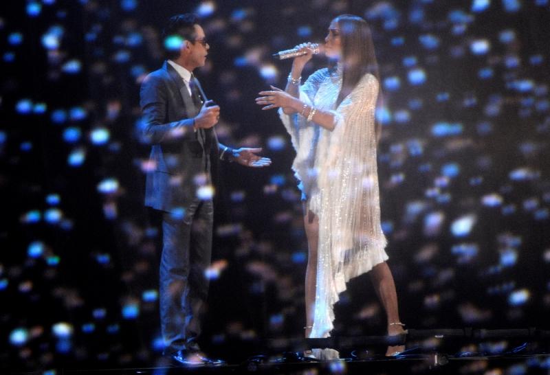 """Marc Anthony y Jennifer López cantó """"Olvida y Pega la Vuelta"""" de Pimpinela en el Latin Grammy."""