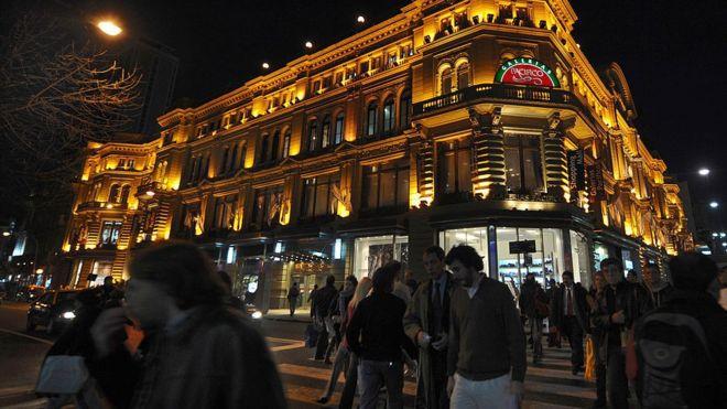 La inflación y los impuestos han reducido el atractivo de comprar en Argentina.