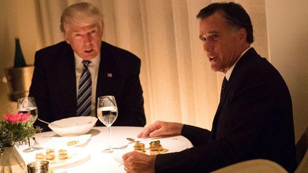 Romney calificó a Trump de embaucador pero ahora podría ser parte de su gabinete.