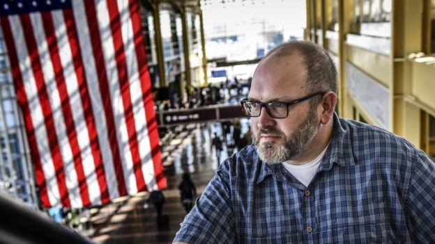 Bob BurnsImage copyrightTHE WASHINGTON POST/GETTY Image caption Bob Burns es el hombre detrás de la cuenta de Instagram de la TSA.