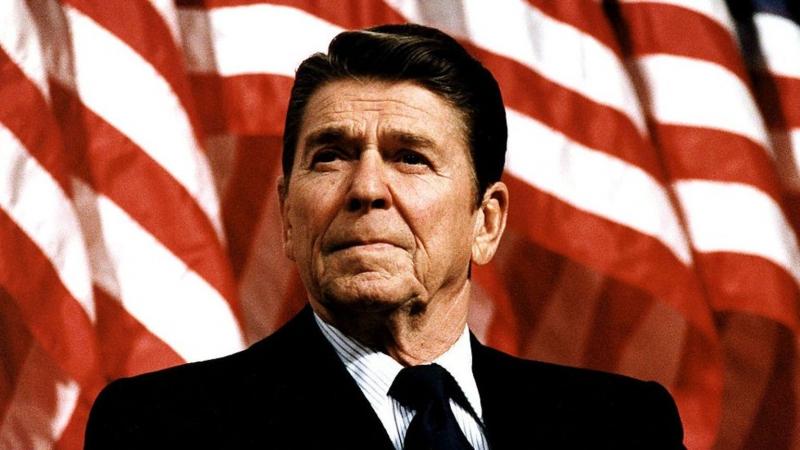 En la década de 1980, durante el gobierno de Ronald Reagan, una combinación de dólar fuerte y altos intereses contribuyó a la crisis de la deuda externa latinoamericana.