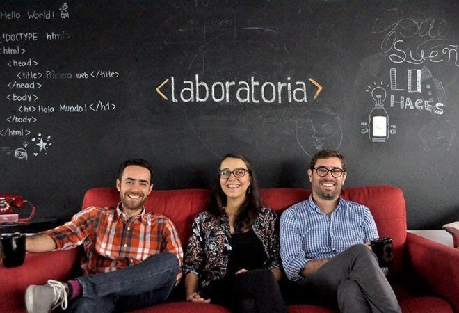 Mariana Costa y los cofundadores de Laboratoria, Rodulfo Prieto y Herman Marin, el esposo de Costa.