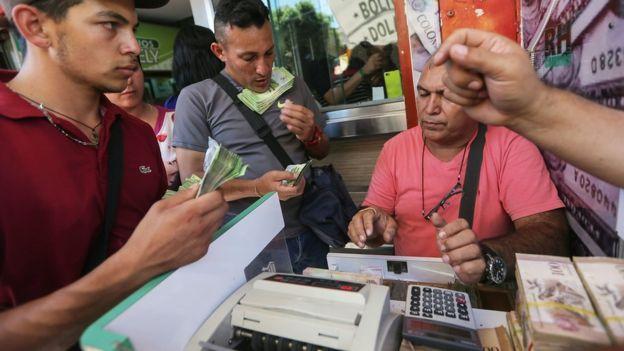 Los venezolanos se han visto obligados a cargar grandes cantidades de billetes para realizar pagos simples como comprar víveres.