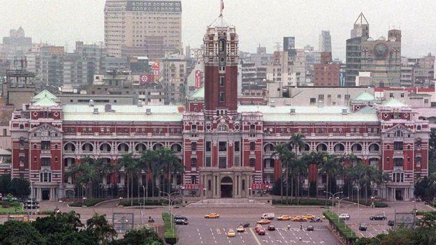 Estados Unidos tiene relaciones diplomáticas formales con China pero no con Taiwán.