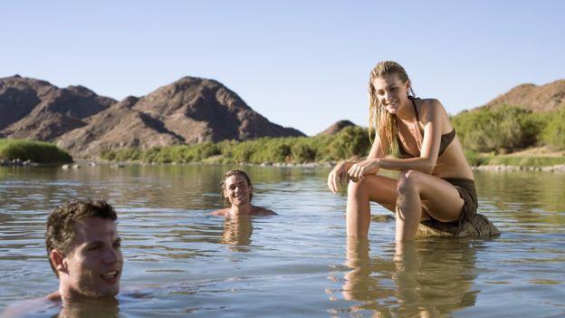 Uno de los peligros, dice Subiza, es que el paciente pierda el conocimiento cuando está nadando en un río, y acabe ahogándose.