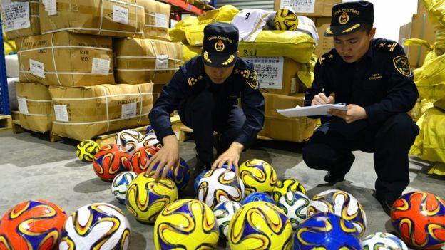 En esta foto de 2014. se observa el decomiso de balones del Mundial de Fútbol en la provincia china de Zhejiang.