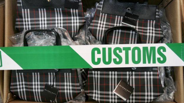 En 2005, las autoridades de Hong Kong decomisaron productos falsificados de la marca Burberry.