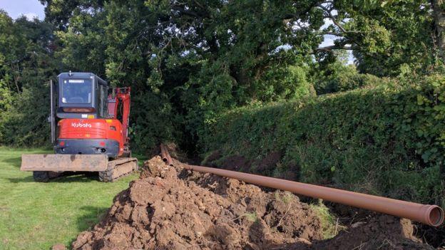 Los agricultores permiten que B4RN excave en sus tierras para tender los cables de fibra óptica.